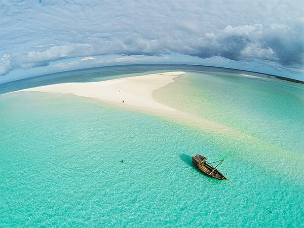 Manta Resort Pemba Island - crystal clear water